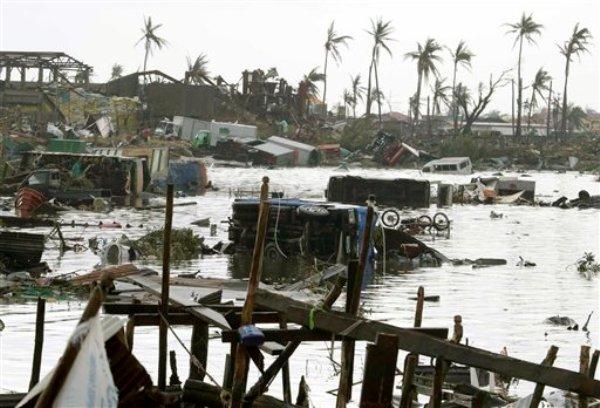 Vehículos flotaban en las aguas el domingo 10 de noviembre del 2013, después del paso del tifón Haiyan que devastó Tacloban, la capital de la provincia de Leyte en el centro de Filipinas. Un día después del paso de uno de los más devastadores tifones que se hayan registrado en las Filipinas, se abatió contra seis provincias de la región central del archipiélago, dejando cientos de muertos y destrucción masiva. (Foto AP/Bullit Marquez)