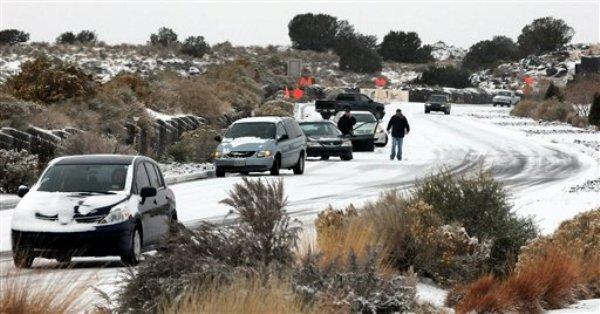 Varios vehículos se quedaron estancados en la carretera Paseo del Norte a causa de un nevada el domingo 24 de noviembre del 2013, en Albuquerque, Nuevo México por una tormenta invernal durante el fin de semana que ha dificultado la circulación a los conductores. Una extensa tormenta que ya ha causado ocho muertes en el oeste de Estados Unidos causó problemas en Oklahoma, Texas, Nuevo México y otros lugares, se desplaza lentamente hacie el este y amenaza con crear caos entre los viajeros con motivo del tradicional feriado de Día de Acción de Gracias. (Foto AP/ Albuquerque Journal, Jim Thompson)