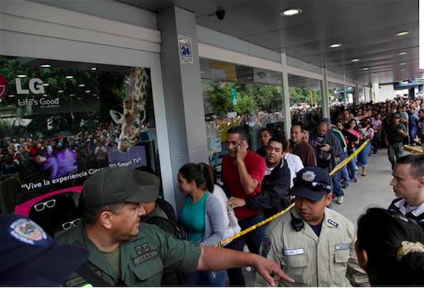 Elementos de la Guardia Nacional ordenan a los compradores que se congregaron en las tiendas Daka de Caracas, Venezuela, el sábado 9 de noviembre de 2013. (Foto de AP/Ariana Cubillos)