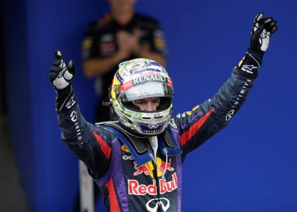 Sebastian Vettel celebra tras ganar el Gran Premio de Brasil de Fórmula Uno en Interlagos, Sao Paulo, el 24 de noviembre del 2013 (AP Foto/Felipe Dana)