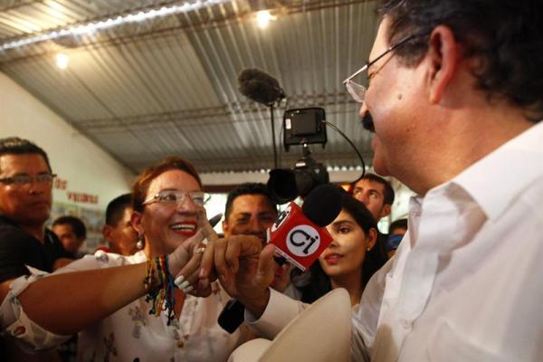 La candidata presidencial Xiomara Castro y su esposo, el expresidente Manuel Zelaya (d), hablan con los reporteros tras votar hoy, domingo 24 de noviembre de 2013, en las instalaciones de un centro educativo de Catacamas (Honduras). EFE/Gustavo Amador