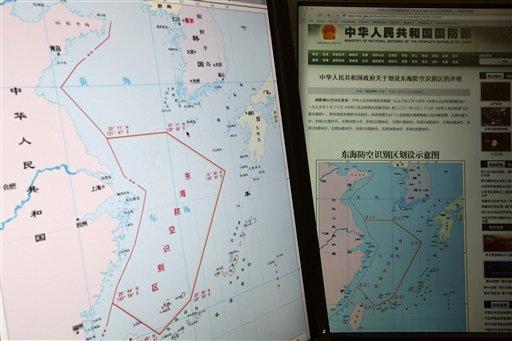 Pantallas de computadora muestran un mapa donde se ve la delimitación de la nueva zona de defensa aérea formulada por China en el Mar Oriental de la China, en el cibersitio del ministerio de defensa chino el martes 26 de noviembre del 2013. Dos bombarderos B-52 estadounidenses sobrevolaron islas en disputa en el Mar Oriental de la China durante una misión de entrenamiento ese mismo día, desafiando las nuevas reclamaciones territoriales de China, según varios funcionarios de Estados Unidos.(AP Foto/Ng Han Guan)