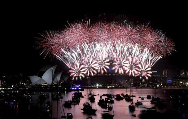 SÍDNEY (AUSTRALIA) 31/12/2013.- El espectáculo de fuegos artificiales de Año Nuevo ilumina la Ópera de Sídney (Australia) el 1 de enero de 2014 (hora local). EFE/Nikki Short