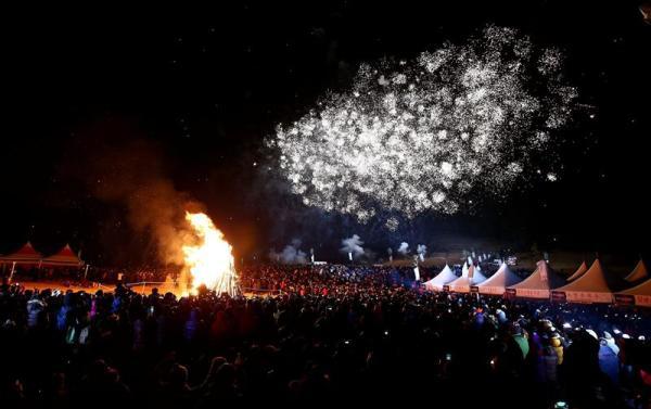JEJU (COREA DEL SUR), 01/01/2014.- Numerosas personas celebran con una hoguera y fuegos artificiales la 21 edición del festival de Año Nuevo en Sungsan, Isla Jeju, Corea del Sur, el 1 de enero del 2014. EFE/Jeon Heon-Kyun
