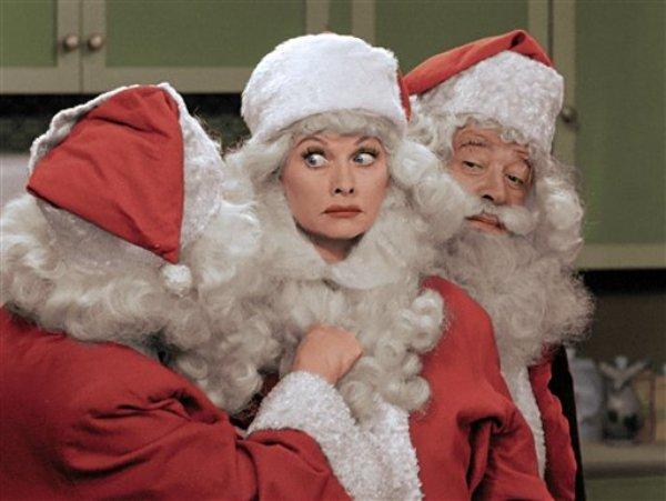 En una imagen proporcionada por CBS Lucille Ball vestida como Santa Clós en una versión a color de ?Amo a Lucy especial de Navidad? que se transmitirá el viernes 20 de diciembre de 2013 en CBS. (Foto AP/CBS)