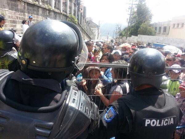 Exteriores del Penal García Moreno, en Quito, la mañana del 15 de diciembre de 2013. Tuiteada por Mariela Cevallos.