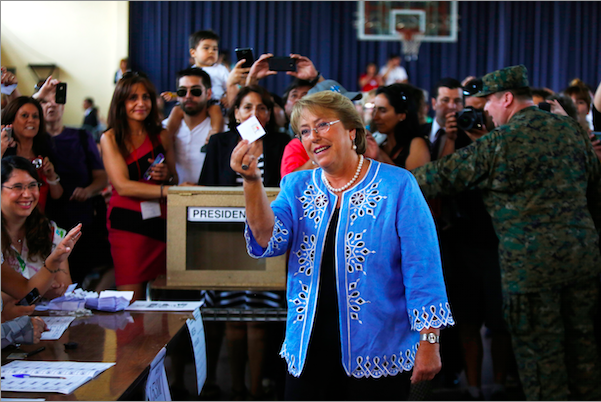 La candidata presidencial y ex presidenta de Chile Michelle Bachelet muestra su voto antes de depositarlo en una urna electoral durante los comicios presidenciales del domingo 15 de diciembre de 2013 en Santiago de Chile. (Foto AP/Jorge Saenz)