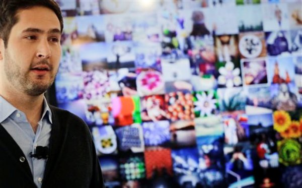 Kevin Systrom, cofundador de Instagram, presenta el nuevo Instagram Direct, que permite a los usuarios compartir sus fotos y videos, el 12 de diciembre de 2013, en Nueva York. (Foto AP/Mark Lennihan)