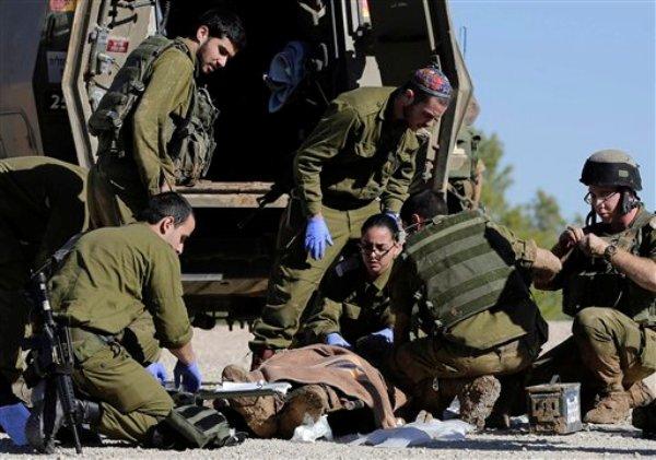 Paramédicos del ejército israelí atienden a un civil que fue víctima de disparos provenientes de la Franja de Gaza el martes 24 de diciembre del 2013. Israel lanzó una ofensiva en represalia. (Foto AP/Tsafrir Abayov)