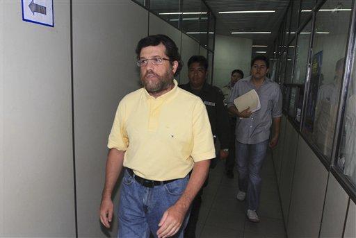 Fotografía de archivo del 21 de marzo de 2012 del hombre de negocios de Nueva York Jacob Ostreicher (izquierda) mientras llega a un tribunal para una audiencia en Santa Cruz, Bolivia. Ostreicher, quien estuvo detenido más de dos años en Bolivia sin que se le formularan cargos como parte de una investigación sobre lavado de dinero llegó el lunes a Estados Unidos, dijo el Departamento de Estado, el hecho más reciente de una saga que llevó a fiscales a acusar de corrupción a funcionarios de alto nivel en el país andino. (Foto AP, Archivo)