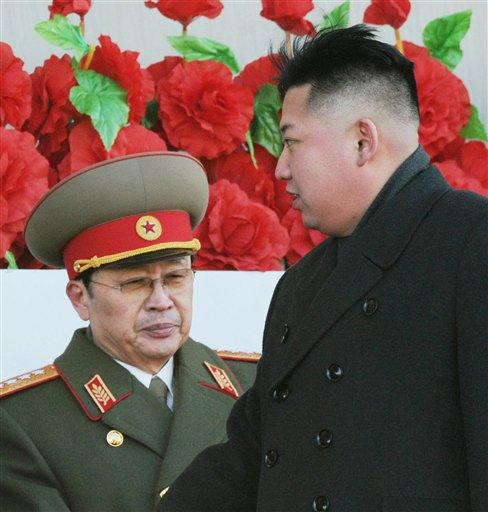En esta imagen del 16 de febrero de 2012, el líder norcoreano Kim Jong Un pasa junto a su tío Jang Song Thaek (izquierda) tras pasar revista a miles de soldados en una ceremonia de conmemoración por el 70 aniversario del nacimiento del fallecido Kim Jong Il en Pyongyang, Corea del Norte. (Foto AP/Kyodo News)