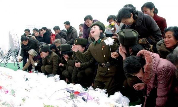 Fotografía cedida de ciudadanos y soldados norcoreanos, expresando su duelo por la muerte del líder Kim Jong-il, en Pyongyang (Corea del Norte). Kim murió el pasado 17 de diciembre, debido a un ataque cardíaco durante un viaje en tren. Foto: KCNA / Yonhap / Efe