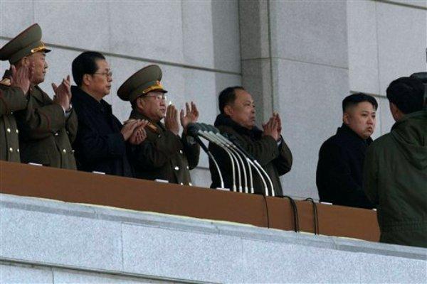 En esta foto del 17 de diciembre del 2012, el líder norcoreano Kim Jong Un, derecha, y su tío Jang Song Thaek, segundo desde la izquierda, asisten a una ceremonia de reapertura del Palacio del Sol Kumsusan en Pyongyang. La maquinaria de propaganda de Corea del Norte ha mantenido durante mucho tiempo el mito de una dinastía gobernante poderosa y serena que disfruta del amor y apoyo de su pueblo. Pero esa imagen se desdibujó de un plumazo casi exactamente un año después de que fue tomada esta fotografía. (AP Foto/Ng Han Guan, Archivo)