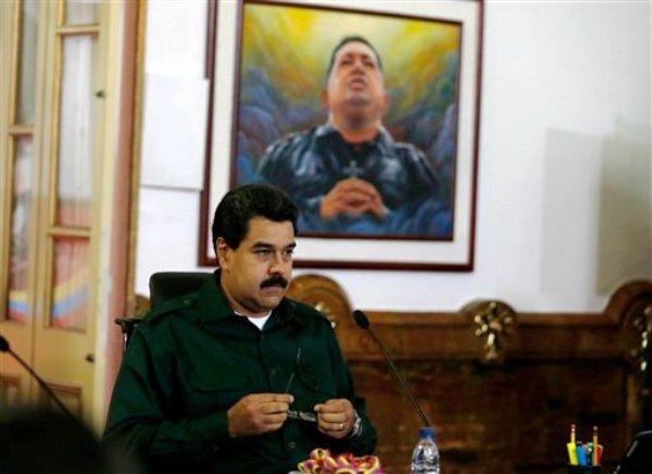 El presidente de Venezuela Nicolas Maduro al reunirse con alcaldes de la oposición recién elegidos en el Palacio Presidencial de Miraflores, el miércoles 18 de diciembre de 2013, en Caracas. (Foto AP/Fernando Llano)