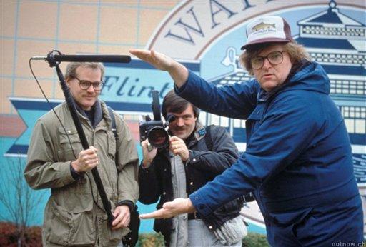 """Michael Moore, derecha, durante el rodaje de """"Roger and Me"""" en Flint, Michigan en una fotografía sin fecha cortesía de Warner Bros. proporcionada por la Biblioteca del Congreso. La biblioteca incorporó 25 películas, incluyendo a """"Roger and Me""""en el Archivo Cinematográfico Nacional para que sean preservadas por su importancia cultural, histórica o cinematográfica. (Foto AP/Library of Congress, Courtesy of Warner Bros.)"""