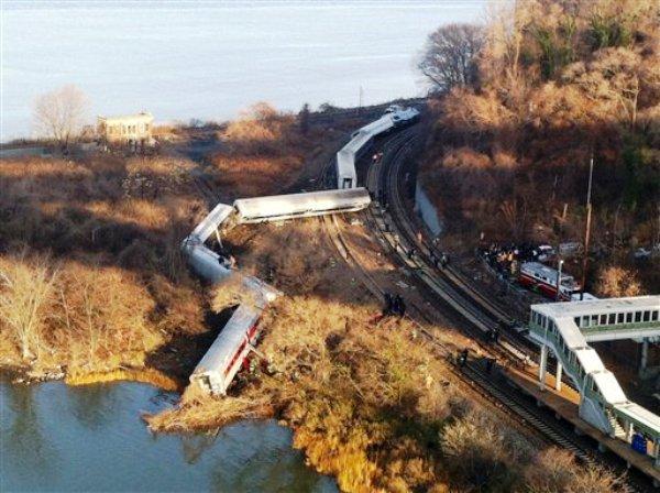 Vagones de un tren de pasajeros de la línea Metro Norte de Nueva York se descarrilaron el domingo 1 de diciembre en el barrio del Bronx. El Departamento de Bomberos informó que los pasajeros sufrieron múltiples heridas pero se desconoce la gravedad de éstas. (Foto de AP/Edwin Valero)