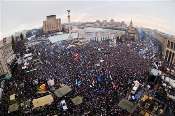 Activistas contra el gobierno se congregan en una protesta en la céntrica Plaza de la Independencia en Kiev, Ucrania, el domingo 15 de diciembre del 2013. Unos 200.000 manifestantes se reunieron en la plaza en una fuerte demostración de que la moral de la oposición sigue alta. (Foto AP/Sergei Grits)