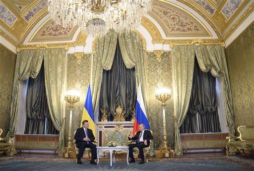 El presidente ruso Vladimir Putin, a la derecha, y su contraparte ucraniano Viktor Yanukovych hablan en Moscú, el martes 17 de diciembre de 2013. (Foto AP/Alexander Nemenov, pool)