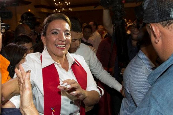 La candidata del Partido Libre, Xiomara Castro, saluda a sus seguidores luego de las elecciones en Tegucigalpa, Honduras, 24 de noviembre de 2013. (AP Foto/Moises Castillo)
