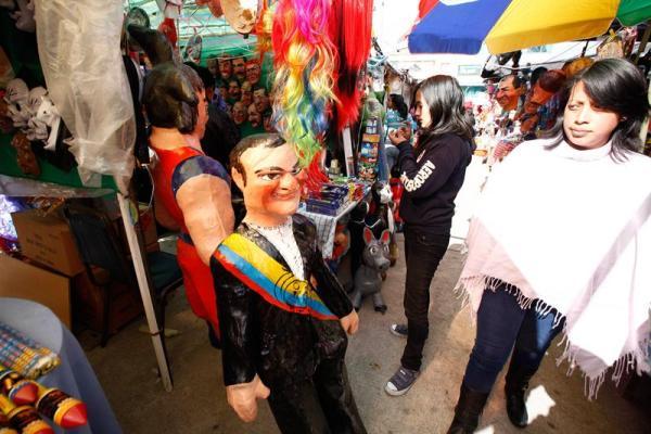 """RIOBAMBA, Ecuador. Cientos de vendedores salieron a las calles de la ciudad de Riobamba, para vender los tradicionales monigotes o """"años viejos"""" y los adornos para las """"viudas"""" que despedirán con fuego el 2013. EFE/José Jácome"""