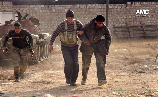 Una imagen tomada por un ciudadano proporcionada por el centro de medios de Aleppo AMC que ha sido autenticada de acuerdo a sus contenidos y otros reportes de AP muestra a dos combatientes del Ejército de Liberación Siria ayudando a un camarada herido durante enfrentamientos en Aleppo, Siria. Las fuerzas sirias se enfrentaron con rebeldes en los suburbios al sur de Damasco el martes, según activistas, como parte de una reagudización de los intentos del gobierno por recuperar las zonas en manos de la oposición. (Foto AP/Aleppo Media Center AMC)