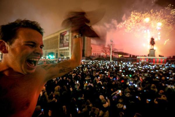 BRUSELAS (BÉLGICA), 1/01/2014.- Miles de personas observan los fuegos pirotécnicos hoy, miércoles 1 de enero de 2014, durante las celebraciones de Año Nuevo 2014 en Mont des Arts, Bruselas (Bélgica). EFE/OLIVIER HOSLET