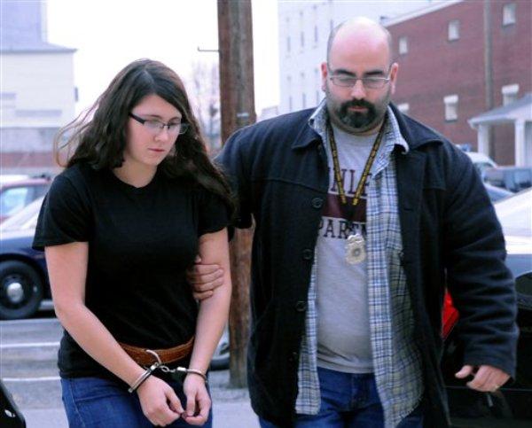 Miranda K. Barbour es escoltada hacia la oficina del juez de distrito Ben Apfelbaum en Pensilvania, el 3 de diciembre de 2013. Miranda y Elytte Barbour, una pareja de recién casados, atrajo a un hombre con un anuncio en el cibersitio de clasificados Craigslist y entonces lo asesinó, porque querían matar a alguien juntos, dijo la policía el 7 de diciembre. (Foto AP/The News-Item, Mike Staugaitis)