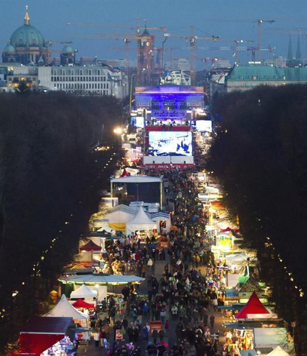 BERLÍN (ALEMANIA) 31/12/2013.- Miles de personas se dan cita frente a la Puerta de Brandeburgo en Berlín, Alemania, en las últimas horas del año 2013, hoy, martes 31 de diciembre de 2013. Tradicionalmente, los berlineses celebran la Nochevieja en la Strasse des 17. Juni. EFE/Ole Spata