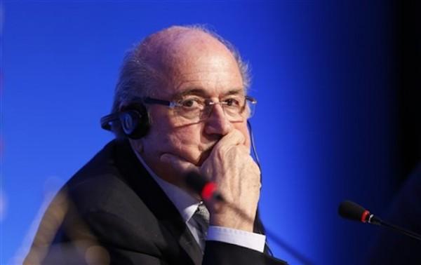 Foto de archivo. El presidente de la FIFA, Joseph Blatter, escucha una pregunta durante una conferencia de prensa en Costa do Sauipe, Brasil, el jueves 5 de diciembre de 2013, un dÌa antes del sorteo que definir· los grupos para el Mundial (AP foto/Víctor Caivano).