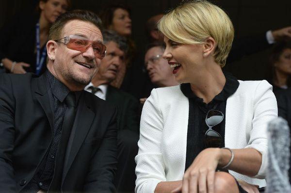 Bono y la actriz Charlize Teron.