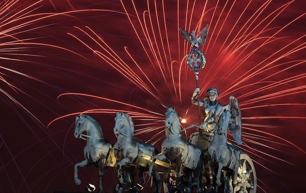 BERLÍN (ALEMANIA), 01/01/2014.- Vista de juegos pirotécnicos sobre el monumento Brandenburger Tor en Berlín (Alemania) hoy, miércoles 1 de enero de 2014, durante la celebración del año nuevo. EFE/BRITTA PEDERSEN