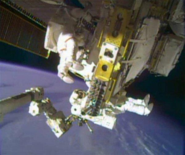 Los astronautas Rick Mastracchio el martes 24 de diciembre de 2013 en una imagen de video proporcionada por la NASA. (Foto AP/NASA)