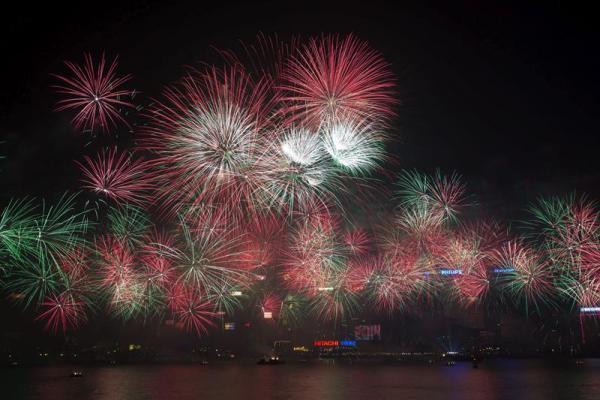 HONG KONG (CHINA) 31/12/2013.- Fuegos artificiales dan la bienvenida al 2014 en el Puerto Victoria en Hong Kong, China, en la Nochevieja del 31 de diciembre de 2013 al 1 de enero de 2013. EFE/Jerome Favre