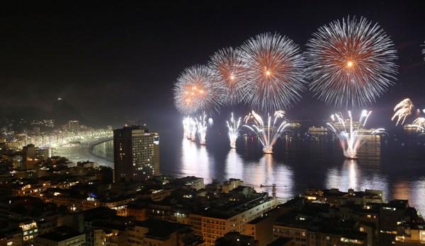 Fuegos artificiales iluminan el cielo sobre la playa de Copacabana durante las celebraciones por el Año Nuevo en Río de Janeiro, Brasil, el miércoles 1 de enero de 2014. (AP Foto/Leo Correa)