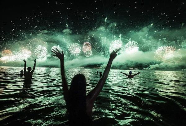 RIO DE JANEIRO, Brasil. 1/01/4014. Fuegos artificiales iluminan el cielo sobre la playa de Copacabana durante las celebraciones por el Año Nuevo en Río de Janeiro, Brasil, el miércoles 1 de enero de 2014. (AP Foto/Leo Correa)