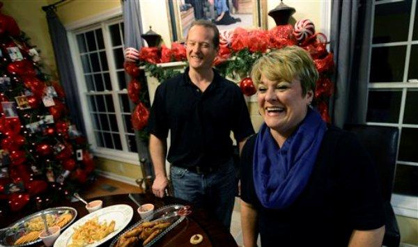 En imagen tomada el 17 de diciembre de 2013 se aprecia al doctor Jason Cabler y su esposa Angie preparándose para una fiesta navideña en su casa de Hendersonville, Tennessee. Cabler, de 46 años, sufrió un ataque al corazón el día de Navidad de 2012 mientras levantaba pesas en su casa. Estudios indican que la cantidad de ataques cardiacos se eleva en esta temporada. (Foto de AP/Mark Zaleski)