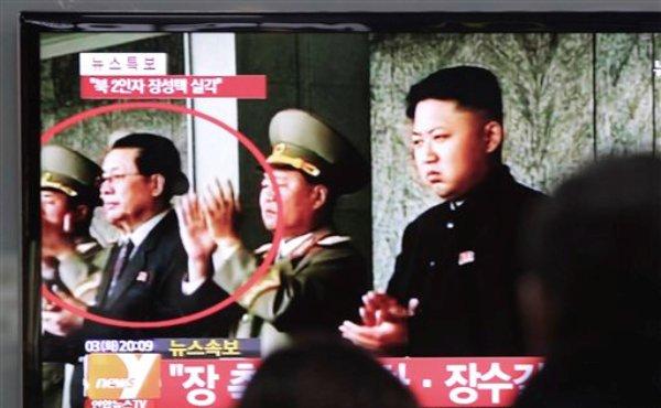 El líder Kim Jong Un (derecha) aparece en un noticiero junto a su poderoso ío Jang Song Thaek (segundo de la izquierda) en la estación ferroviaria de Seul, Corea del Sur, el martes 3 de diciiembre del 2013. Corea del Norte admitió el lunes 9 de diciembre del 2013  la purga del poderoso tío del líder por acusaciones de corrupción, uso de drogas y una larga lista de otras acciones ?contra el estado?. (Foto AP/Ahn Young-joon)
