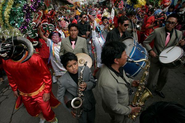 """PÍLLARO, Ecuador. Multitudes bailan en la """"Diablada"""" por las céntricas calles del cantón Píllaro, en Tungurahua, Ecuador, el 1 de enero de 2014. API/Carlos Campaña."""