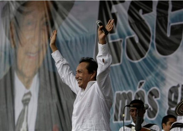 Fotografía de archivo del 15 de mayo de 2009 del cantante y compositor colombiano Diomedes Díaz después de cantar en el estado de César, en Colombia. Díaz, autor de grandes éxitos del folclor vallenato, falleció el domingo 22 de diciembre de 2013a los 56 años. (Foto AP/Ricardo Mazalán)