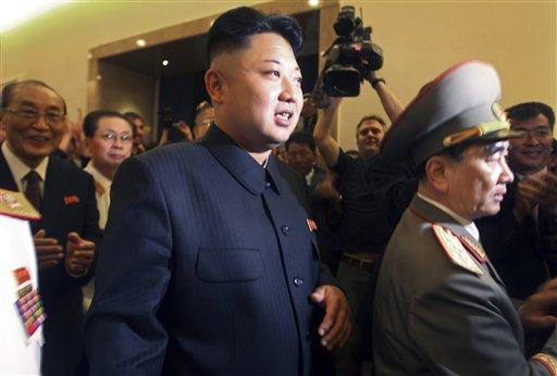 El gobernante norcoreano Kim Jon Un, al centro, es seguido por su tío Jang Song Thaek, segundo desde la izquierda, durante un recorrido por el Museo de la Guerra de Liberación de la Patria, en Pyongyang, el 27 de julio de 2013. Las imágenes del tío de Kim Jong Un fueron sacadas de un documental de la televisión en lo que parece una purga del segundo funcionario más poderoso en Pyongyang. (AP Foto/Wong Maye)