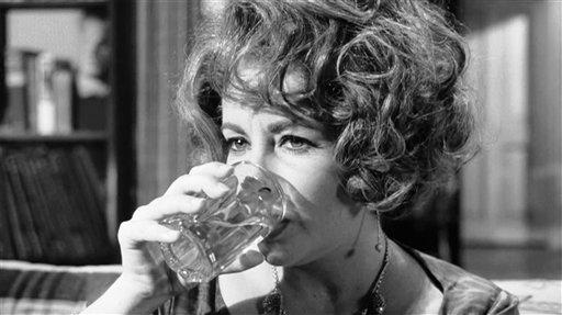 """Elizabeth Taylor como Martha en la película """"¿Quién le teme a Virginia Woolf?"""" de 1966 en una fotografía sin fecha cortesía de Warner Bros. proporcionada por la Biblioteca del Congreso. La biblioteca incorporó 25 películas, incluyendo a """"¿Quién le teme a Virginia Woolf?"""" en el Archivo Cinematográfico Nacional para que sean preservadas por su importancia cultural, histórica o cinematográfica."""