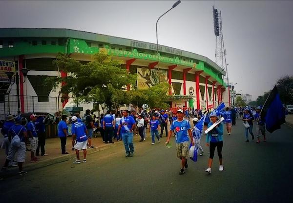 Los exteriores del estadio Reales Tamarindo, en Portoviejo, la mañana del domingo 1 de diciembre de 2013. Foto tuiteada por @Camilo_ap