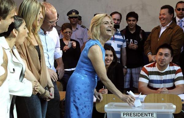 SANTIAGO (CHILE), 15/12/2013.-La candidata por La Alianza , Evelyn Matthei , emite su voto, hoy 15 de diciembre de 2013, en la comuna de Santiago, Chile.  (Chile). EFE/Mario Ruiz
