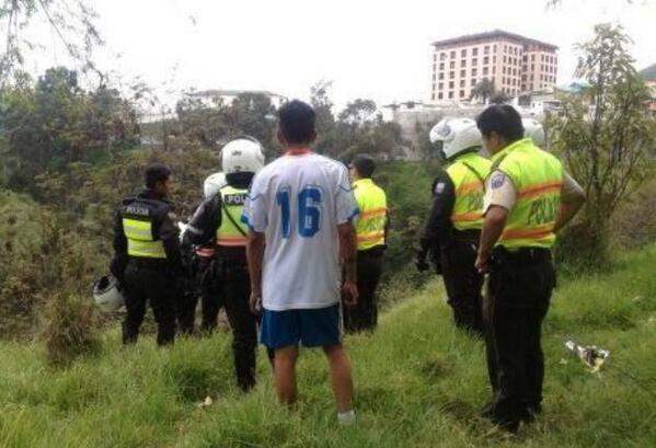 Foto tuiteada por la @PolicíaEcuador en momentos que agentes ingresan a la quebrada El Censo, en La Marín, donde se presumen se esconden los fugitivos.