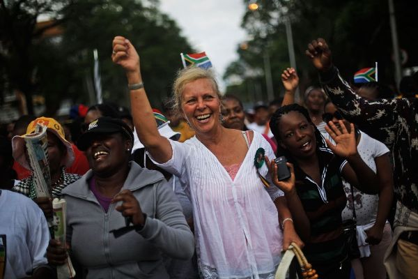 La gente canta y baila a las afueras del edificio Union Buildings en Pretoria. MARKUS SCHREIBER (AP PHOTO)