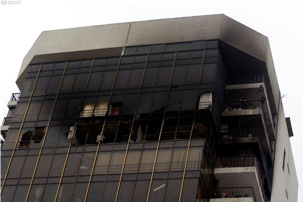 Guayaquil 9 de Diciembre del 2013. Policias del departamento de criminalistica inspeccionaron los pisos 19 y 20 del edificio Panorama luego del incendió del Domingo. Inquilinos denunciaron saqueos. El fical José Morales llegó al edificio para constatar dichas denuncias. Foto: Marcos Pin /API
