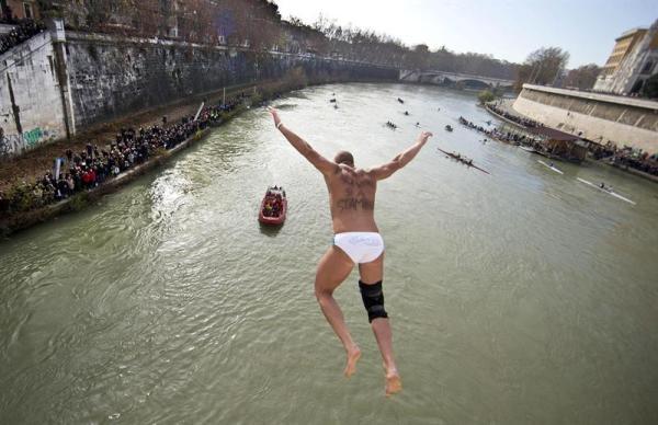 ROMA (ITALIA) 01/01/2014.- Una multitud asiste al tradicional evento de saltos de Año Nuevo a las aguas del río Tíber en Roma (Italia) hoy, miércoles 1 de enero de 2014. EFE/Massimo Percossi