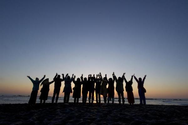 ISUMI (JAPÓN) 01/01/2014.- Un grupo de personas observa el primer amanecer del año en la playa en Isumi (Japón) hoy, miércoles 1 de enero de 2014. Los japoneses rezan al sol tradicionalmente para dar la bienvenida al nuevo año. EFE/Everett Kennedy Brown