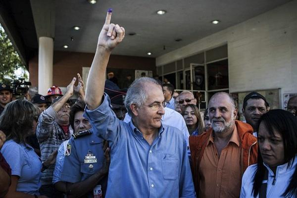 El candidato opositor a la alcaldía Mayor de Caracas, Antonio Ledezma, participa en la jornada electoral municipal en Caracas (Venezuela) hoy domingo 8 de diciembre del 2013. Los colegios electorales abrieron hoy en Venezuela para dar comienzo a una jornada en la que 19 millones de venezolanos y residentes con más de diez años en el país están llamados a las urnas para elegir alcaldes y concejales. EFE/Santi Donaire