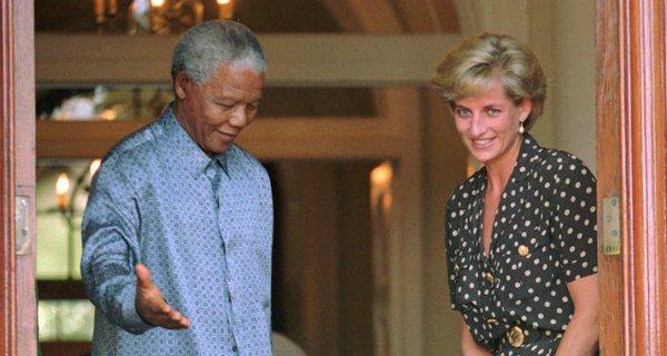 El presidente sudafricano Nelson Mandela cede el paso a la princesa Diana en Ciudad del Cabo, Sudáfrica, el 17 de marzo de 1997. Mandela falleció el jueves 5 de diciembre de 2013 a la edad de 95 años. (Foto AP/Sasa Kralj, Archivo)